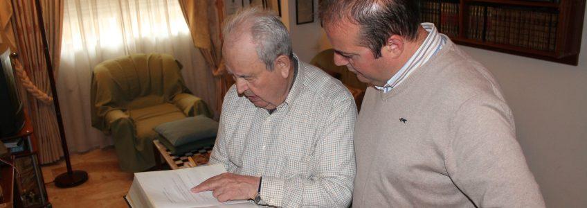 El profesor Alfredo Arrebola ha decidido donar todos sus libros enciclopedias y premios al Ayto de Villanueva