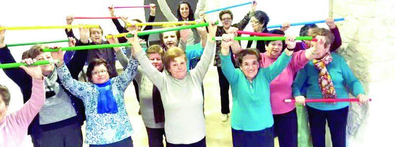 Vecinos de entre 50 y 90 años realizan gimnasia de la mano de terapeutas