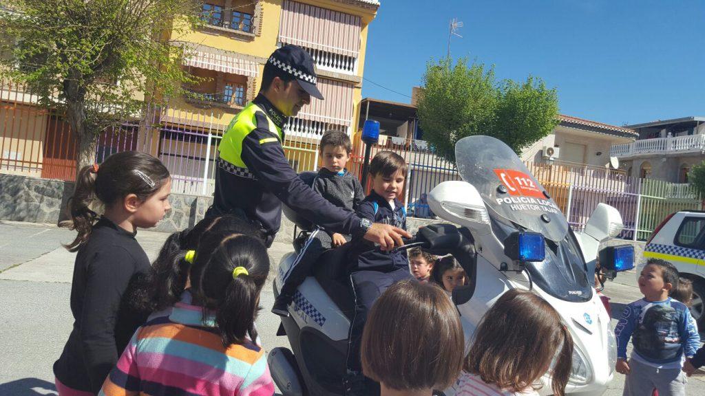los escolares hueteños con la policia 2