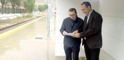 El parlamentario, Miguel Castellano, y el presidente de la plataforma, Gonzalo Vázquez, en la estación de San Francisco