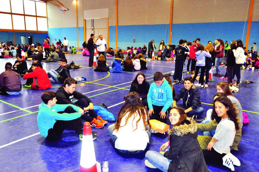 Cientos de alumnos que participaron en la interesante jornada organizada por la Agrupación Socialista lojeña
