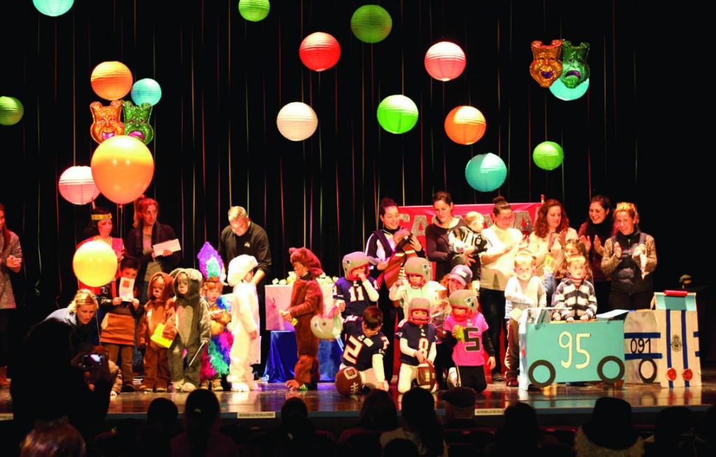 La fiesta de disfraces de Húetor acabó en la Casa de la Cultura donde se entregaron los premios a los disfraces más elaborados. Foto: Rubén Núñez