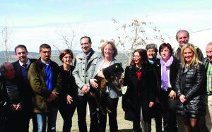 La consejera y la delegada de la Junta posan junto a varios de los integrantes de la Asociación de Ganaderos.