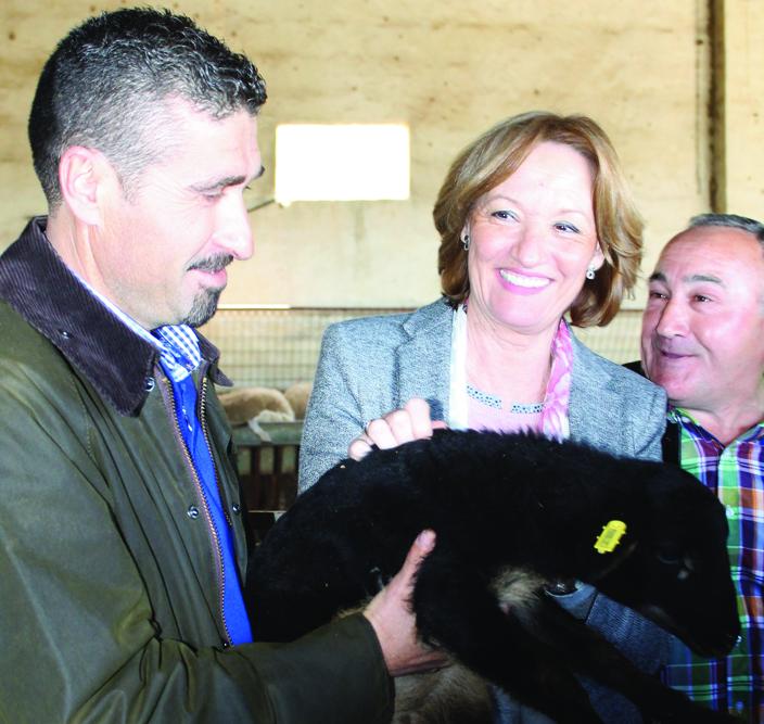 Carmen Ortiz apadrinó a Carmen, un ejemplar de la ganadería que visitó