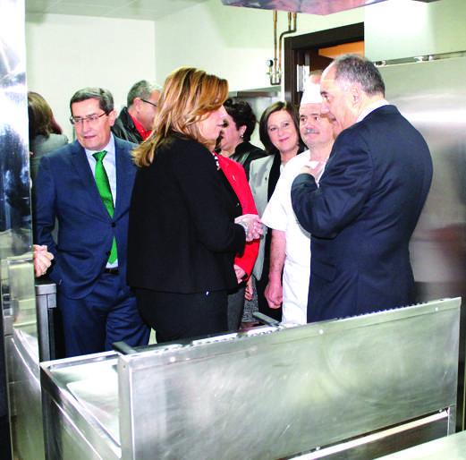 Díaz visitó la cocina del centro donde se preparán los menús económicos que disfrutarán los mayores durante los 365 días del año.