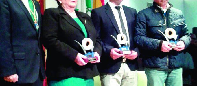 """Los homenajeados con """"El Rosco"""" junto al alcalde de Loja."""